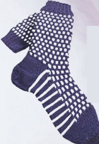 Мужские тёмно-синие носки с графическим узором, вязаные спицами