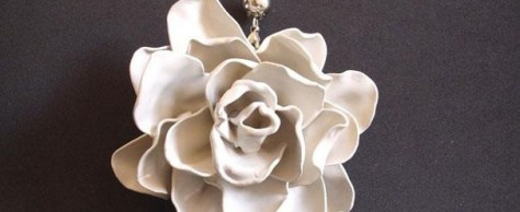 Украшение «Роза» из пластиковых ложек