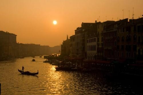 Италия Закат над Гранд-каналом, Венеция. Фото с моста Риальто
