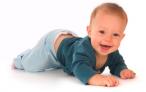 Развитие малышей до года: как научить ребенка ползать
