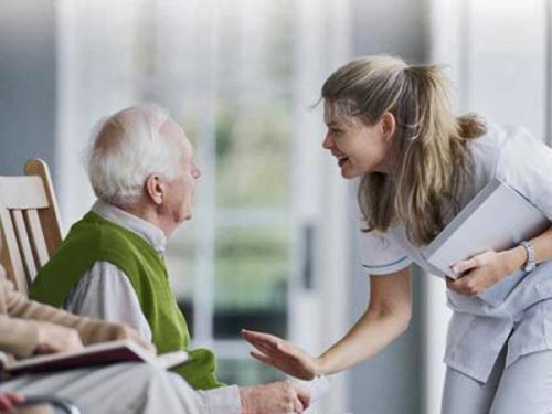 Как выбрать хорошую сиделку для больного: советы