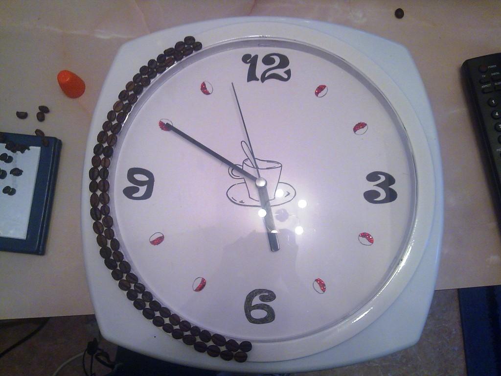 Далее, покрасила основу часов в белый цвет, нанеся два слоя краски. Собрала все вместе и начала обклеивать белую основу кофейными зернышками.