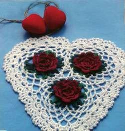 Вязаная салфетка в форме сердечка