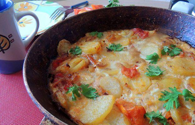 Вкусный вариант приготовления картошки — картофель запеченный с помидорами