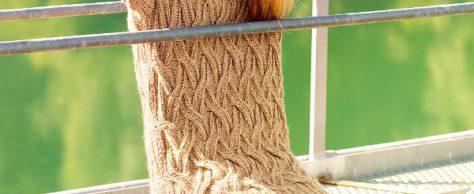 Вяжем свитер и шапку спицами крупным узором.