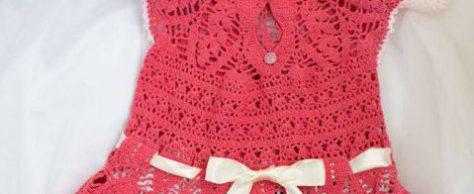 Шляпка и платье в кораллово-белых тонах связаны на девочку 3 лет